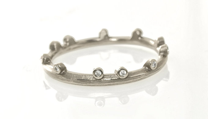 Pebble Band in White Gold with Diamonds