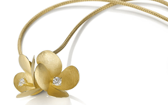 freesia pendant in gold with diamonds