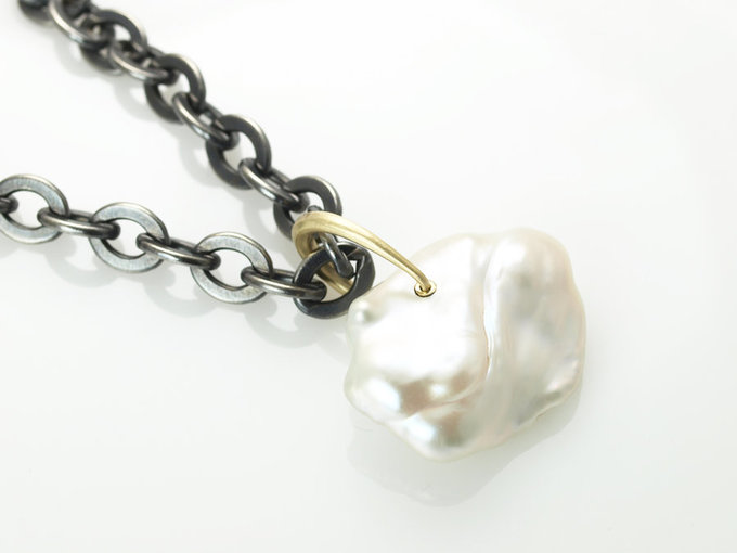 Baroque pearl pendant in 18K yellow gold