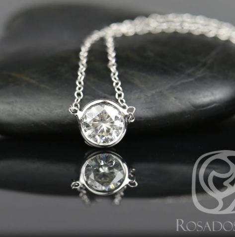 Rosados Box Brooke 5mm 14kt White Gold Round F1- Moissanite Solo Floating Necklace